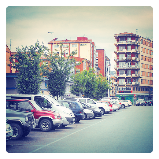 zona estacionamiento, aparcamiento, vehiculos en hilera en Torrelavega