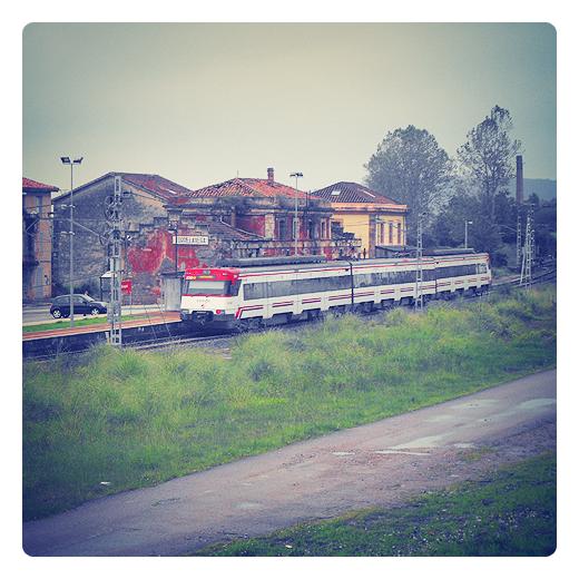 cercanias, RENFE, tren de cercanias parado en la estacion de Torrelavega