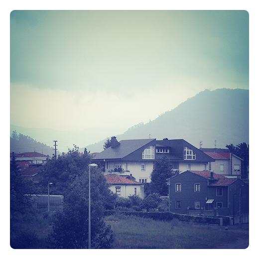 El Valle, localidad, barrio, casas, horizonte de montañas en Torrelavega
