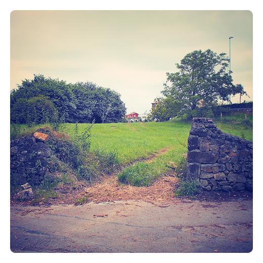 entrada finca, camino de entrada, naturaleza, pared de piedra, suelo rustico en Torrelavega