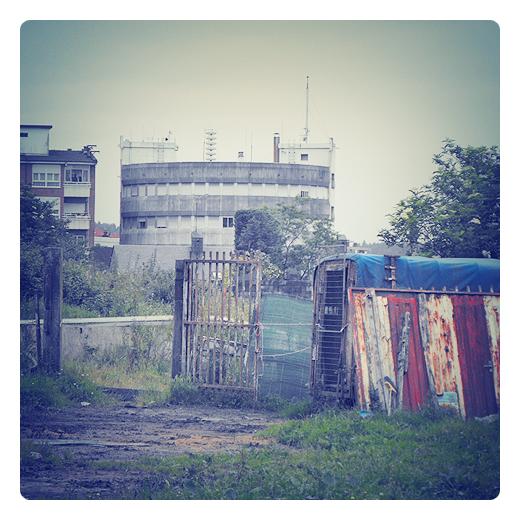 herrumbre, hierro oxidado, restos de un vehiculo, humedad y frio en Torrelavega