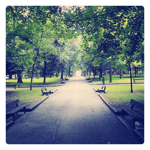 parque solitario, parque vacio, zona verde con bancos sin gente, naturaleza en Torrelavega