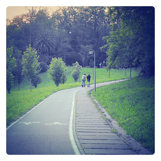 paseantes, dos personas de paseo por un parque en Torrelavega