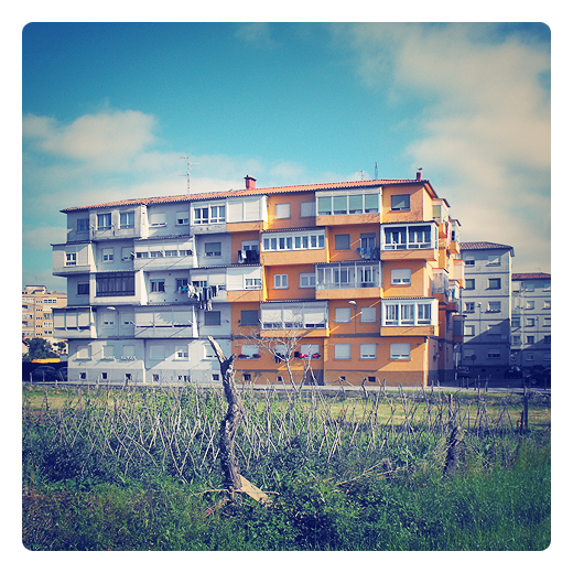 bicolor, fachada pintada de dos colores blanco y naranja, prado, huerta, edificio en Torrelavega