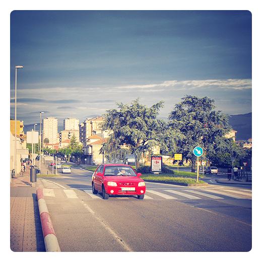 luz de tarde, atardecer en la ciudad, panorama urbano, coches, edificios en la entrada de Torrelavega