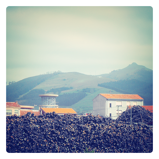 monton de leña, pila de madera, tablas, horizonte, tejados casas, monte Dobra, paisaje en Torrelavega