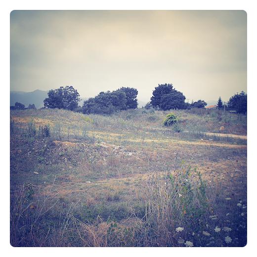 arrabal, periferia, afueras, extrarradio, montones de tierra, paisaje de arboles y montañas, periferia de Torrelavega