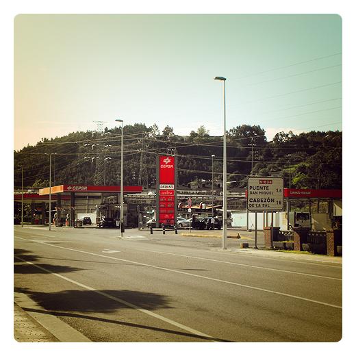 estacion de servicio, en el camino, carretera, gasolinera en Torrelavega