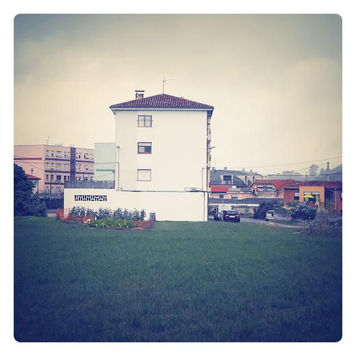fachada blanca, pintura exterior, color blanco, monocolor, diferencia, lavado de cara, prado, dia nublado en Torrelavega