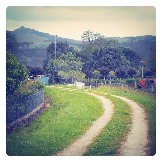 giro a la izquierda, direccion, movimiento, rotacion, rodadas camino, senda, paisaje natural, monte Dobra, itinerarios en Torrelavega