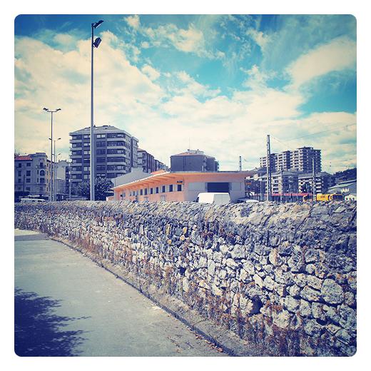 muro de piedra, pared, acceso restringido, division de espacios, tapia, gris, panorama urbano en Torrelavega