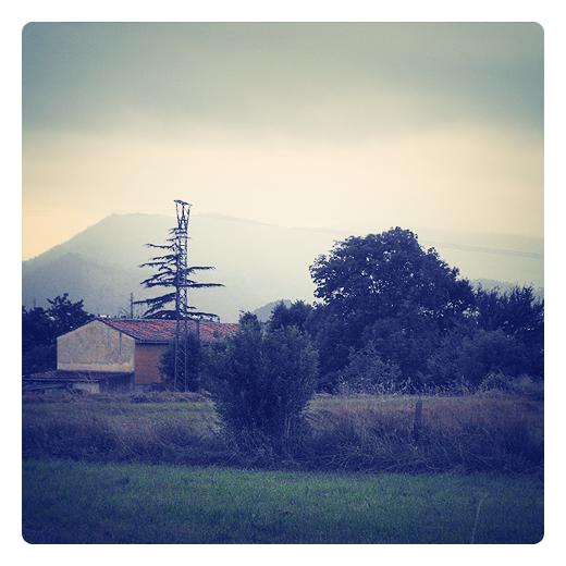 niebla de montaña, neblina, paisaje con casa, naturaleza, horizonte de montañas, paisaje en Torrelavega