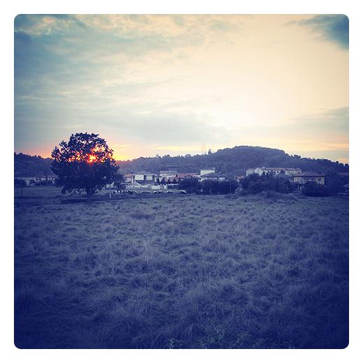 sol poniente, puesta de sol, ocaso, atardecer, hemisferio invisible, linea de horizonte, arboles y montañas, anochecer, fin del dia en Torrelavega