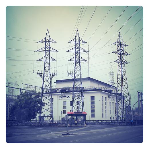 subestacion electrica, diferencia de potencial, tendido electrico, alta tension, parada bus, dia nublado, industria, energia electrica en Torrelavega