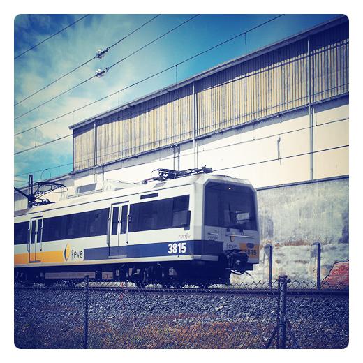 via estrecha, ferrocarril, FEVE, tren de cercanias, via ferrea, locomotora, catenaria, velocidad, tren direccion Santander en Torrelavega