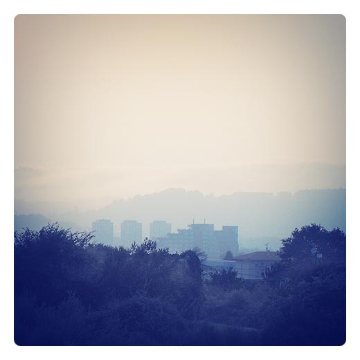 ciudad fantasma, lugar abandonado a su suerte, crisis economica, bancarrota, neblina, edificios, horizonte perdido, recesion economica en Torrelavega