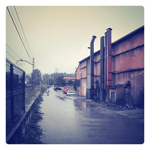 fina lluvia, llovizna, calabozos, nubes bajas, neblina, fin del verano, primeras lluvias, meteorologia, cambio de estacion, paisaje industrial, dia lluvioso en Torrelavega