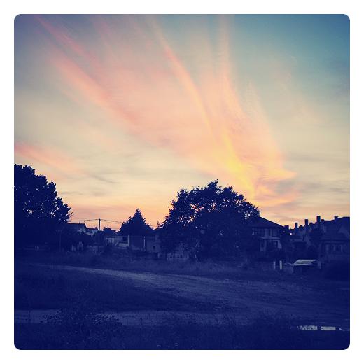 rayas de verano, cirros, nubes, meteorologia, movimiento del aire, filamentos, luz reflejada, fin del verano, paisaje, anochecer en Torrelavega