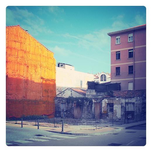 solar vacio, edificable, suelo urbano, parcela dividida, terreno vallado, desuso, ruina edificio, color naranja, paisaje urbano en Torrelavega