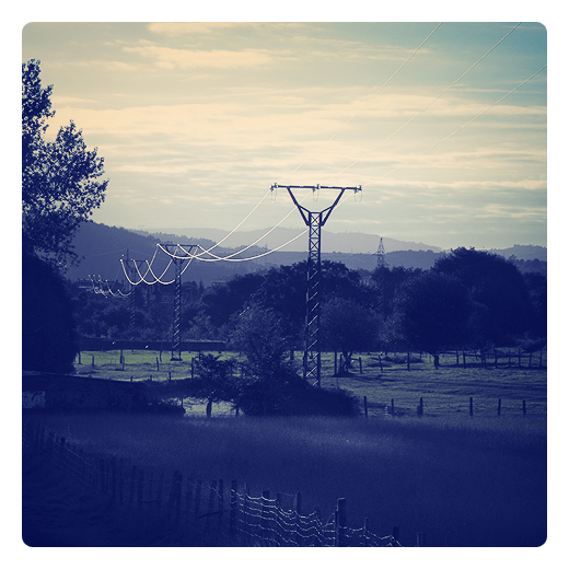 tendido electrico, alta tension, diferencia de potencial, deposito de agua de consumo humano, horizonte de montañas, paisaje con arbol, reflejos, energia electrica en Torrelavega