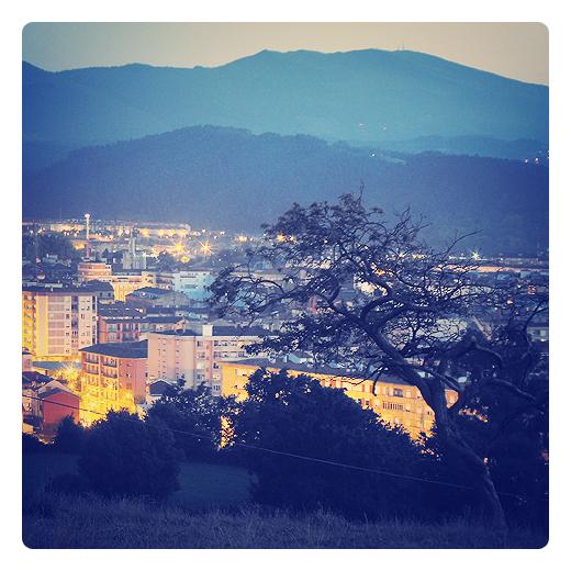 bruma de montaña, paisaje con bruma, ciudad de noche, neblina, anochecer, naturaleza, montañas en el horizonte, arboles, panorama urbano Torrelavega