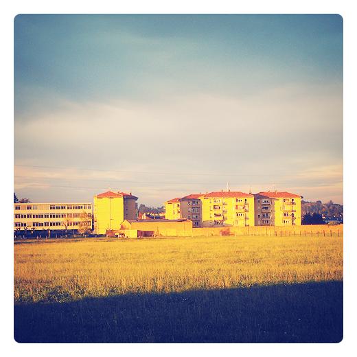 color amarillo, bloques de pisos, sol bajo, hierba seca, calor, Sierrapando, finca, extrarradio, atardecer, dia de viento sur en Torrelavega