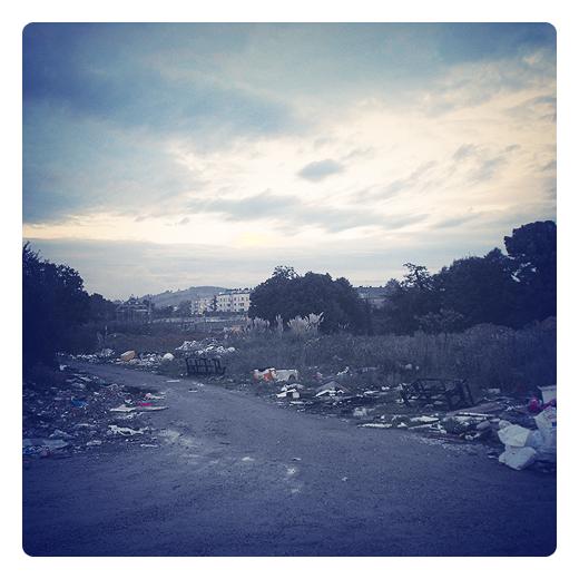 foco de contaminacion, vertedero incontrolalado, residuos urbanos, basura, abandono, atardecer, arrabal, camino, El Valle, atajo, incivismo en Torrelavega