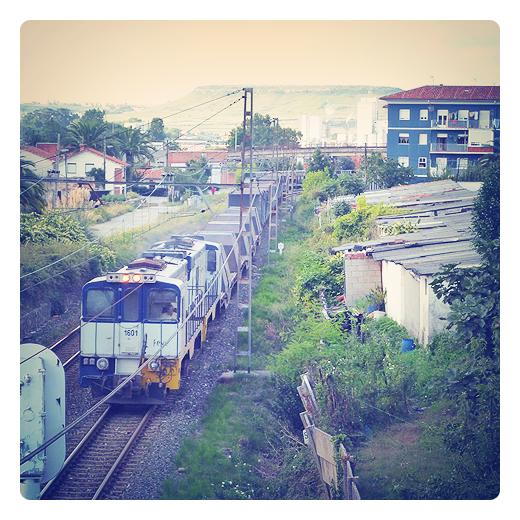 tren mercancias, tren de carga, transporte de materiales, via ferrea, paisaje y vias de comunicacion, arrabal, tren a su paso por Barreda en Torrelavega