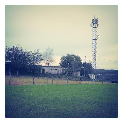 antena, ondas, telefonia, emision, recepcion, ondas electromagneticas, ancho de banda, dispositivo, prado, casetas, valla de postes, paisaje de arboles, red de comunicaciones en Torrelavega