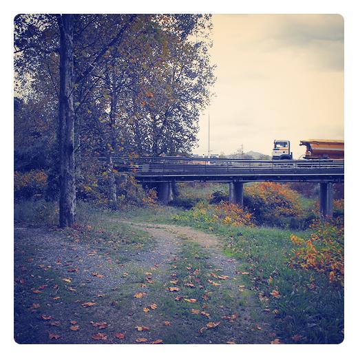 puente de pilotes, camino, rodadas camino, hojas caidas, grupo de arboles, horizonte, camion, color amarillo, Puente de los italianos en Torrelavega