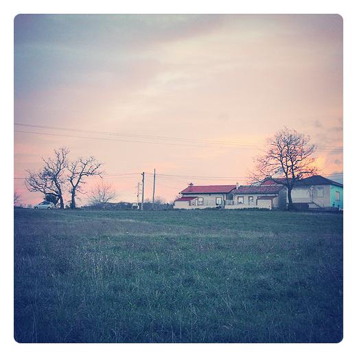 atardecer rojo, tarde soleada, calor en invierno, viento sur, paisaje de arboles y casas, prado, fotografia de Torrelavega