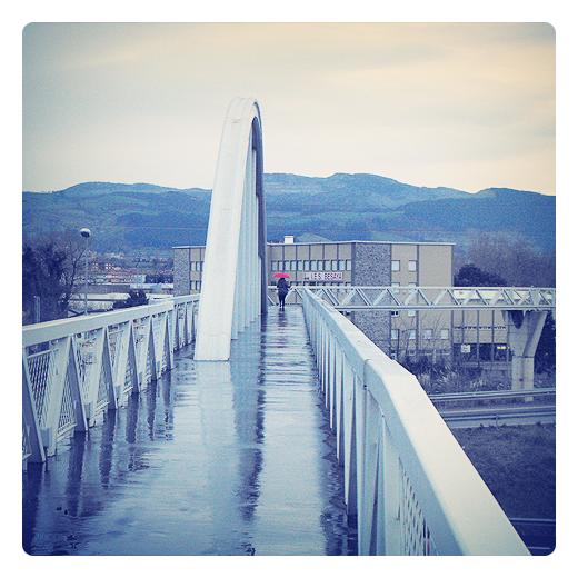 reflejo, reflejos de lluvia, silueta humana, dia de lluvia, IES Besaya, pasarela peatonal Ganzo, fotografia de Torrelavega