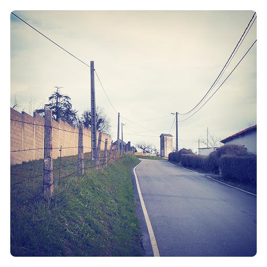 caseta transformador, red electrica, postes de la luz, terreno pendiente, valla postes, fotografia de Torrelavega