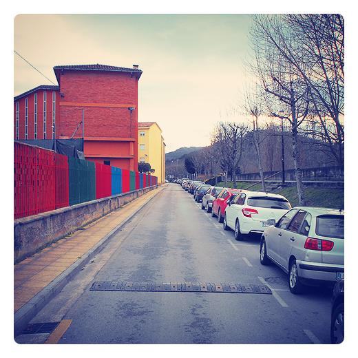 multicolor, policromo, colores pintados, valla de colores, color bloque, arboles sin hojas, zona de aparcamiento, Barrio Covadonga, fotografia de Torrelavega