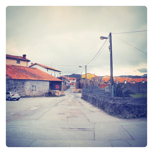 recortes, parches de asfalto, chapuza, mezcla asfaltica, pavimento, carretera local, obras publicas, infraestructuras de transporte, Campuzano, fotografia de Torrelavega