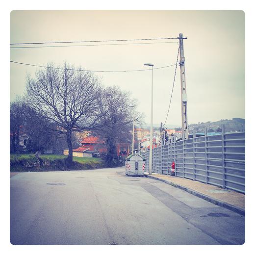 valla metalica, cerramiento, proteccion, terreno delimitado, fincas, red electrica, carretera comarcal, arboles sin hojas, fotografia de Torrelavega