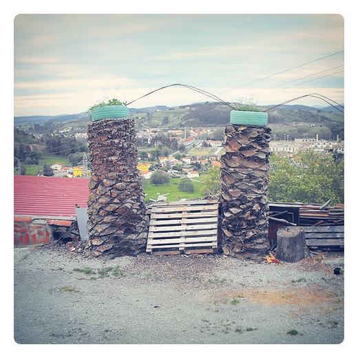 arco apuntado, arco ojival, arquitectura, autoconstruccion, troncos de arbol, palmeras, horizonte de montañas, reutilizacion, Ganzo, fotografia de Torrelavega