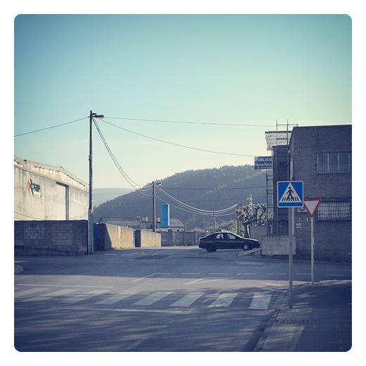 semana santa, cerrado por vacaciones, lugar apartado, soledad, periferia, extrarradio, afueras, red electrica, reflejos, fotografia de Torrelavega
