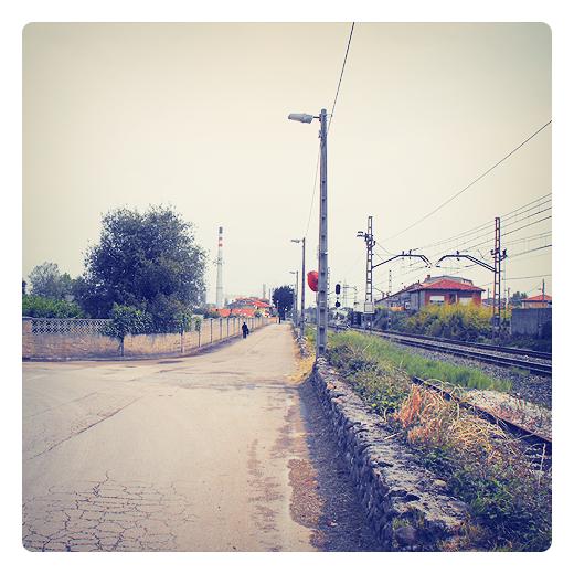 camino al trabajo, fabrica, red electrica, catenaria, via de tren, periferia, muro de piedra, chimenea de Solvay, extrarradio, fotografia de Torrelavega