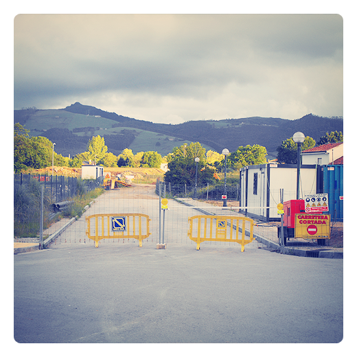 carretera cortada, acceso prohibido, vallas de obra, caseta de obra, sol de atardecer, El Valle, monte Dobra, fotografia de Torrelavega