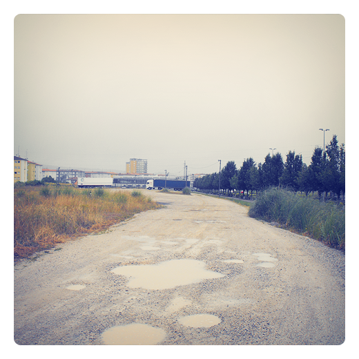 pozas, charcos, agua de lluvia, panorama urbano, aparcamiento de camiones, camino de grava, periferia, extrarradio, Barrio Covadonga, fotografia de Torrelavega