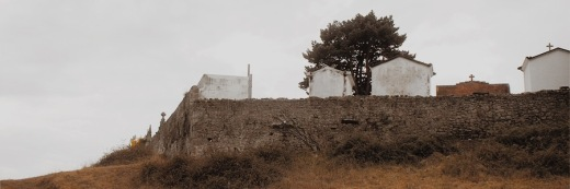 dep, d.e.p. descanse en paz, cementerio, mausoleos, cruces, pared de piedra, muro del cementerio de Gerra, fotografia de Torrelavega