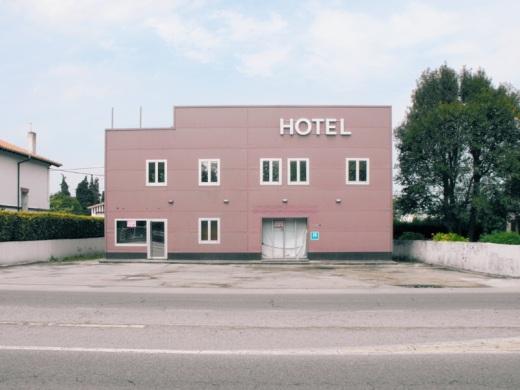 hotel, hostal, alojamiento, motel de carretera, abandono, fachada, Barreda, paisaje de arboles y casas, fotografia de Torrelavega