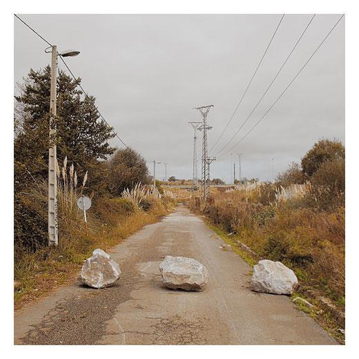 carretera cortada, obstaculos en la carretera, piedras, rocas, tendido electrico, carretera abandonada, fotografia de Torrelavega