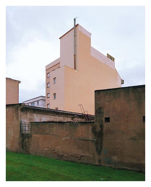 hotel, alojamiento, edificio, parte de atras, patio interior, arquitectura, rotulo, fotografia de Torrelavega