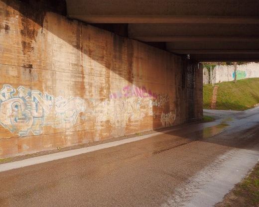 paso subterraneo, autovia, N-611, infraestructuras de transporte, comunicaciones, viario, carretera, suelo humedo, sombras, geometria, fotografia de Torrelavega