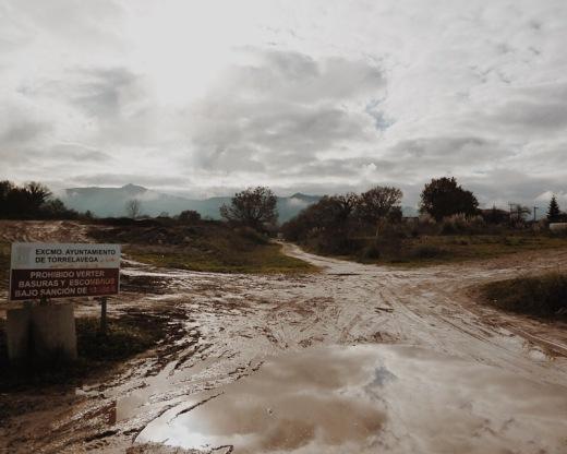 escombrera, lodazal, pozas y barro, rodadas, reflejos agua, niebla, bruma de montaña, cartel prohibicion, El Valle, fotografia de Torrelavega