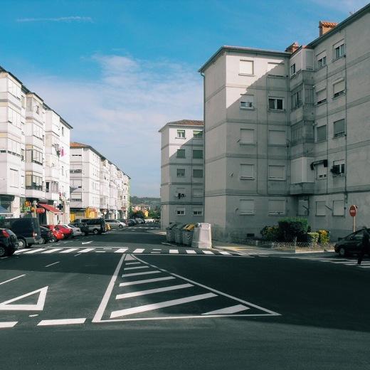 Barrio Covadonga, periferia, extrarradio, edificios, señalización horizontal, calle rio Besaya, horizonte, cielo azul, fotografia de Torrelavega