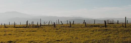 frontera, limite, separacion, valla de palos, prado, horizonte de montañas, bruma de montaña, niebla, Caserios, fotografia de Torrelavega