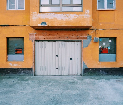 se vende, se alquila, fachada, casa, sector inmobiliario, compra-venta, color amarillo, Sierrapando, fotografia de Torrelavega